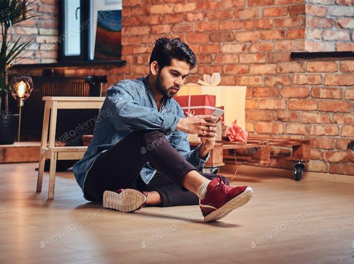 Индийский мужчина в комнате.