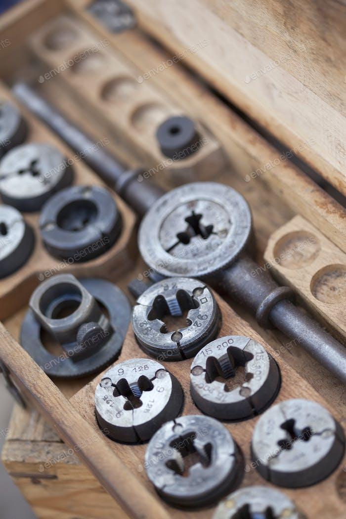 Hardware-Tools auf einem Stall