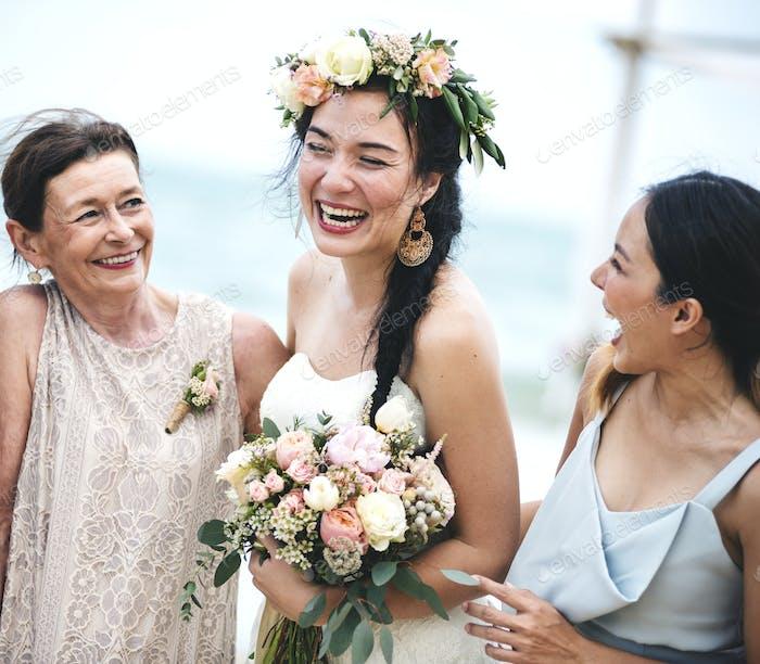 Fröhliche Braut am Strand