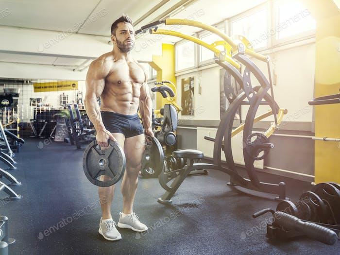 gutaussehende bärtige muskulöse Mann in der Turnhalle