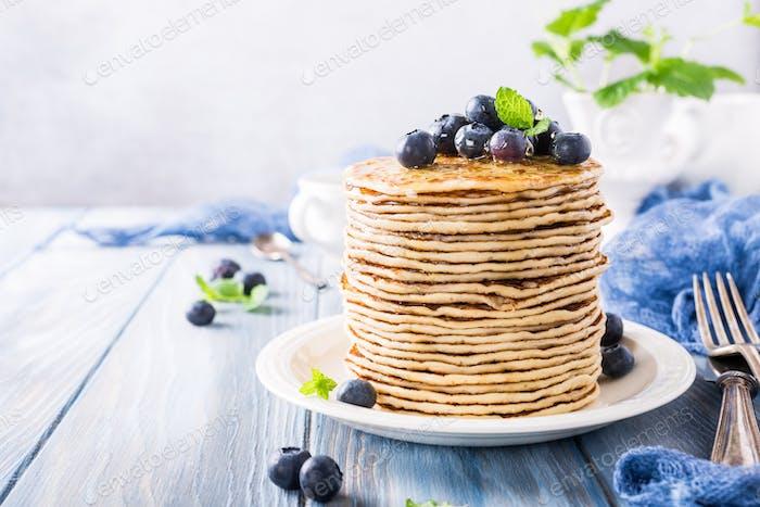Köstliche Pfannkuchen mit frischen Blaubeeren