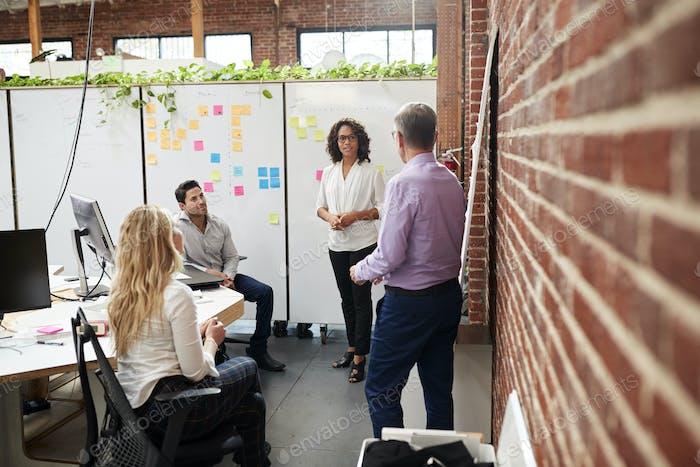 Creative Team-Meeting, um Ideen im modernen Büro zu diskutieren