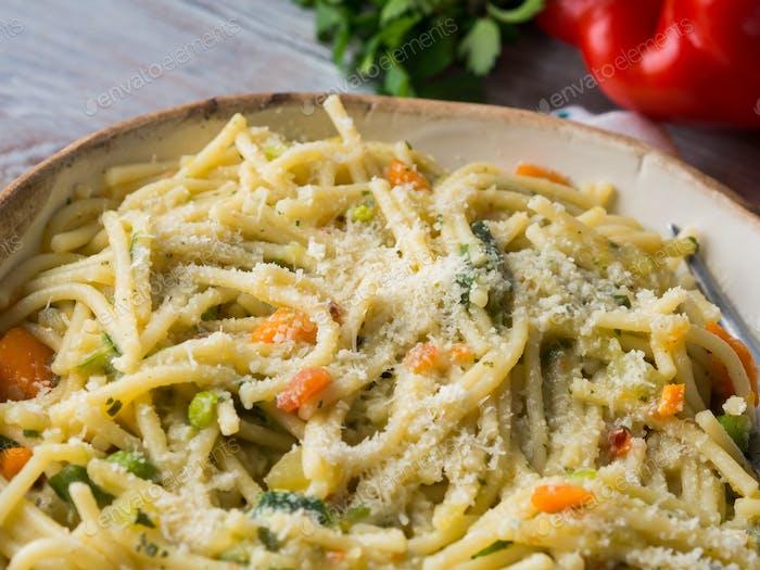 Spaghetti in Gemüsesauce gekocht