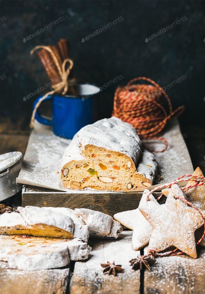 Traditioneller deutscher Weihnachtskuchen Stollen mit festlichen Lebkuchenplätzchen