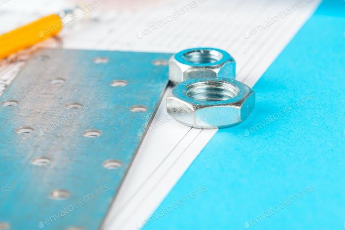 dibujo detallado de piezas, tuercas sobre papel