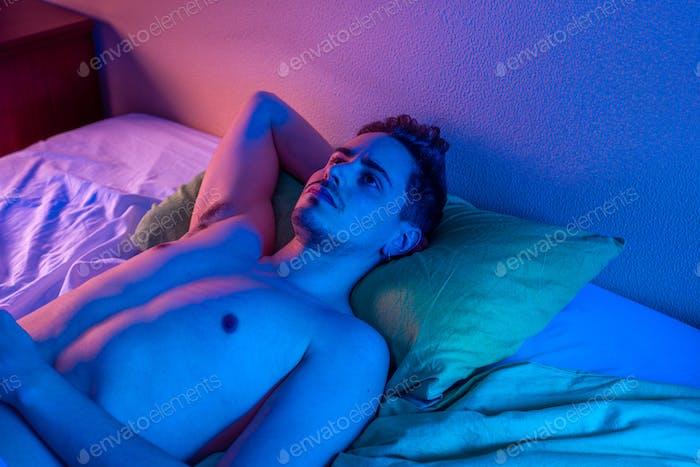 junger Mann mit Schlaflosigkeit versucht, in der Nacht schlafen