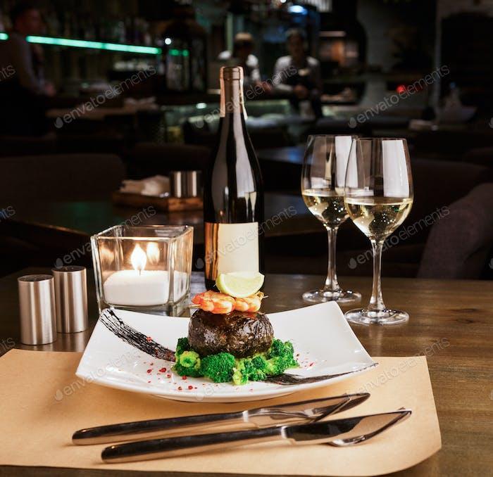 Romantisches Abendessen im luxuriösen Restaurant. Dorado-Filet in Nori mit Garnelen
