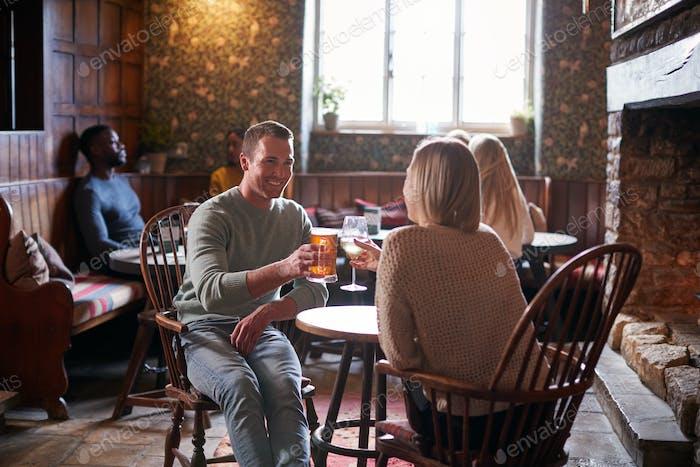 Занят интерьер традиционного английского паба с друзьями встреча для напитков