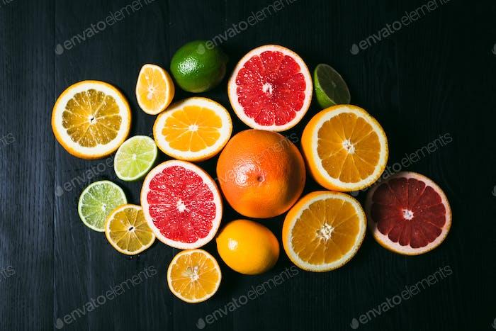 Frische Zitrusfrüchten Stihli. Zitronen, Limetten, Grapefruit und Orange auf schwarzem Hintergrund