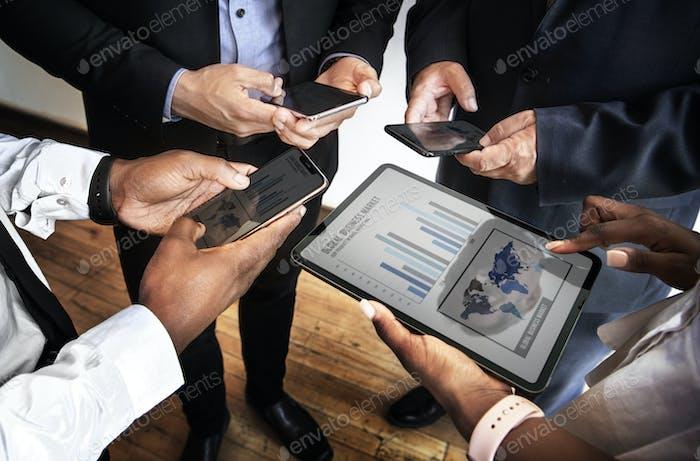 Equipo empresarial trabajando en línea