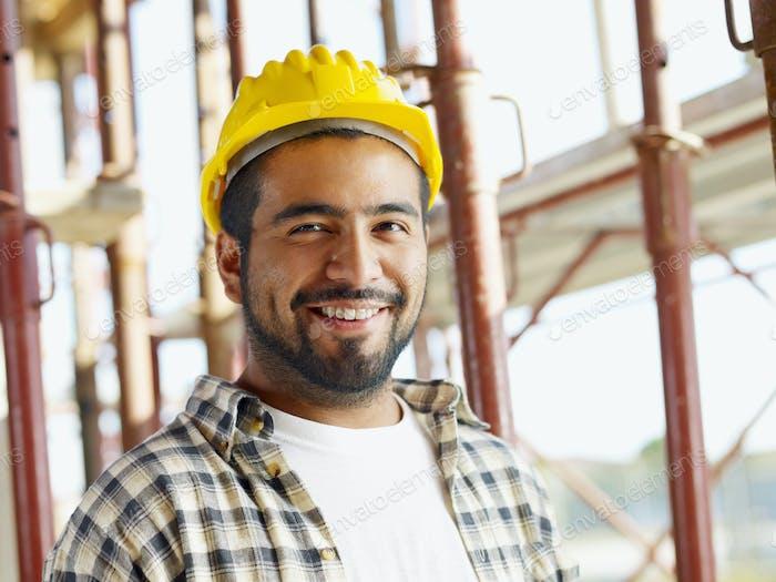 Porträt von hispanischen Bauarbeiter in Baustelle