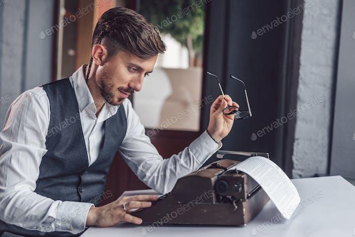 Junge Drehbuchautor liest das Drehbuch