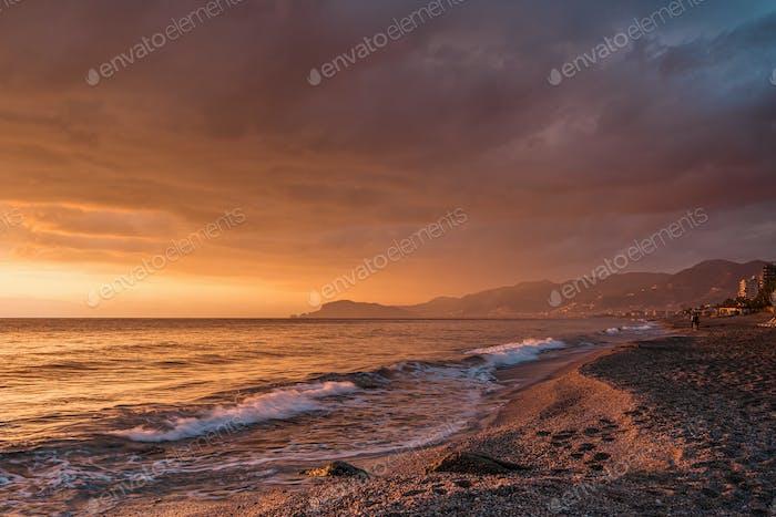 Erstaunlicher Sonnenaufgang auf dem Meer in der Türkei