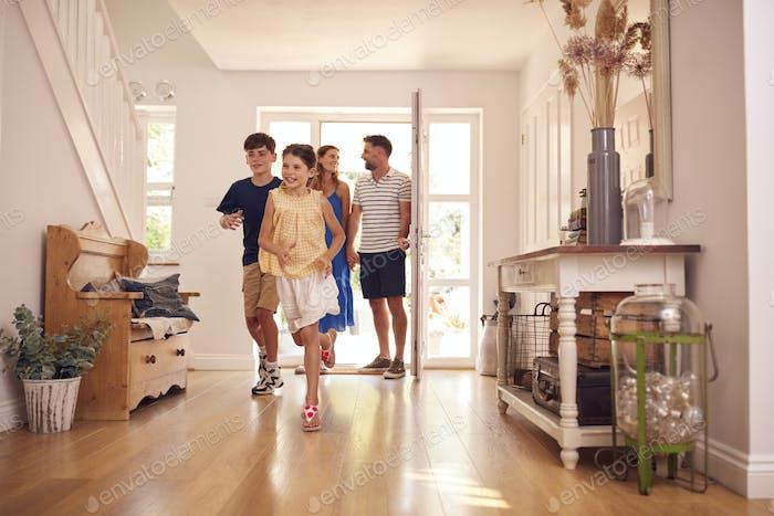 Familie schaut sich ein neues Zuhause an, bevor sie einzieht