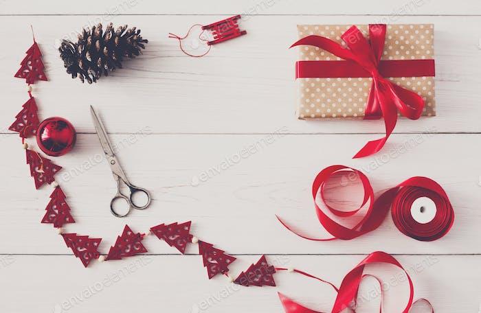 Kreatives Hobby. Handgefertigte Werkzeuge für die Herstellung von Weihnachtsgeschenk in Box