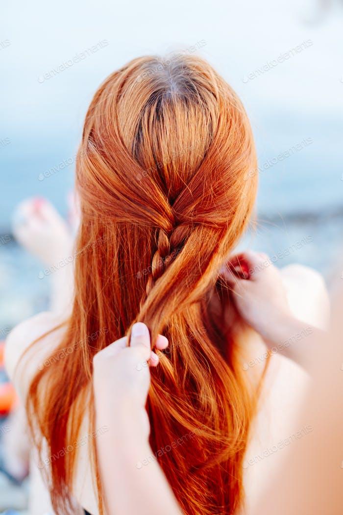 Frau Flechten Mädchen am Strand