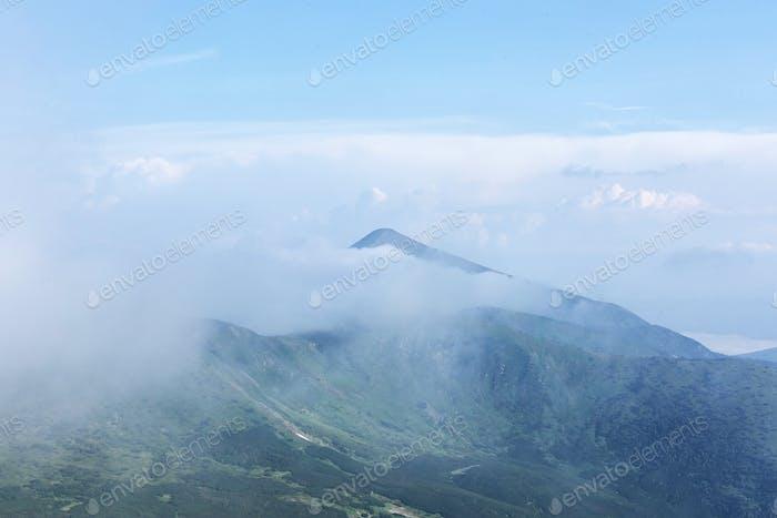 Berge in Europa. Ukraine. Karpaten. Berg-Trekking. Reisen in den Bergen.  Berg