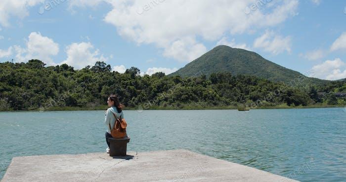 Frau genießen Meer- und Bergblick