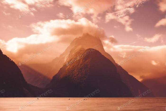 Scenic view of Milford Sound Peak bei Sonnenuntergang, Neuseeland