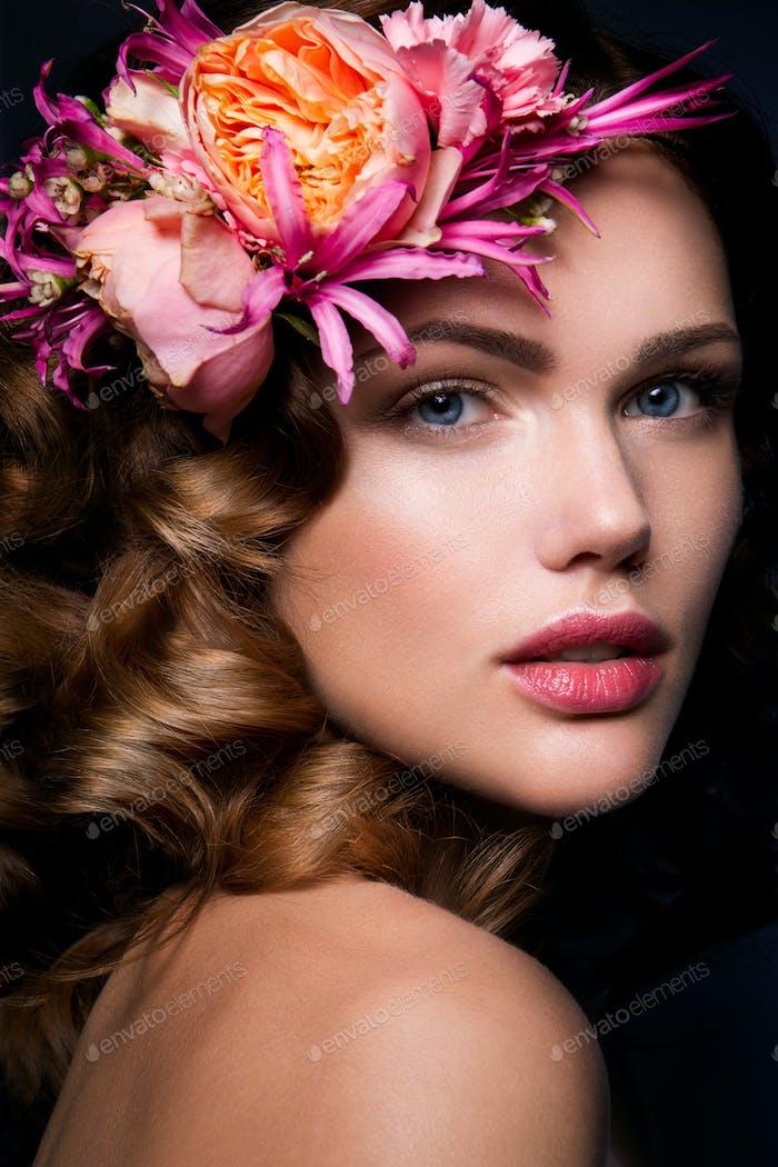Schöne Dame mit einem Kranz von Blumen