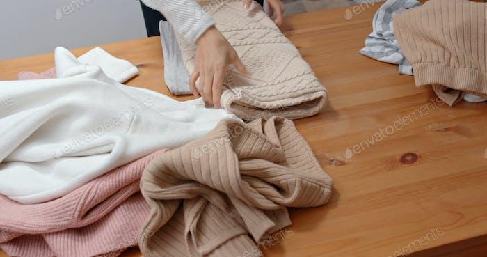 Hausfrau falten Kleidung zu Hause