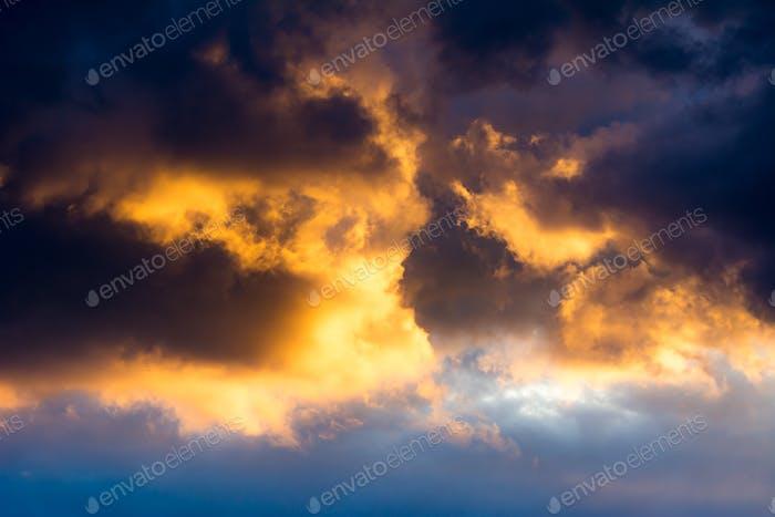 Hintergrund des dramtischen Himmels