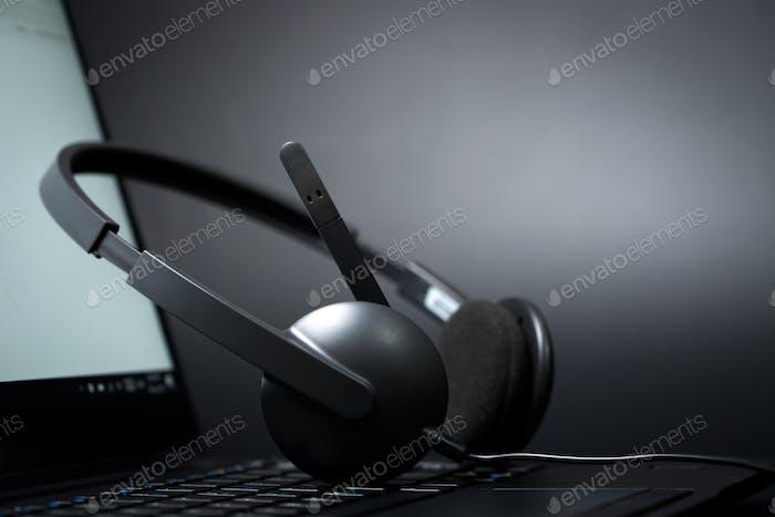 Headset auf einem Laptop