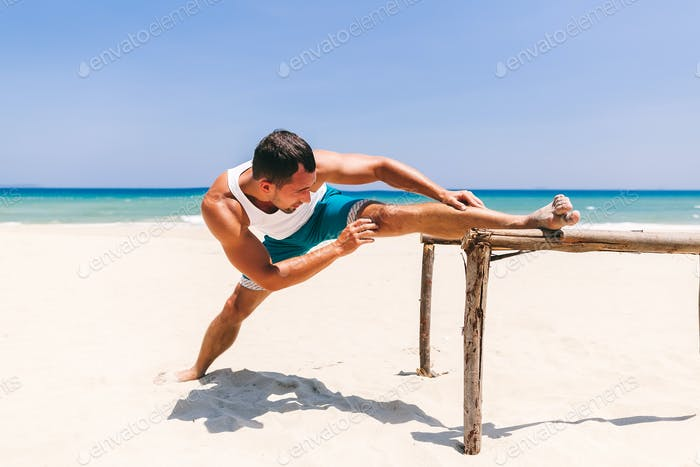 Mann Stretching am Strand