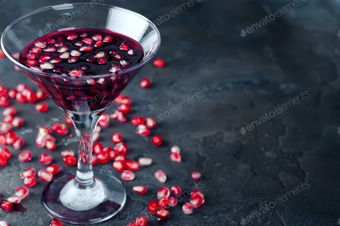 Granatapfelcocktail und reife rote Früchte