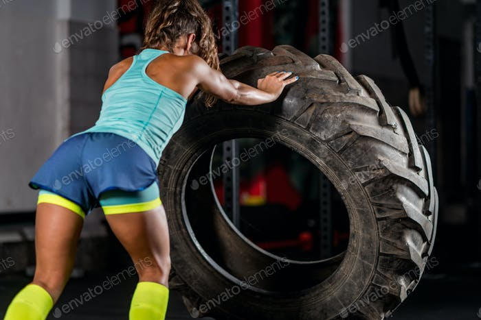 Frau Athlet trainieren mit Reifen