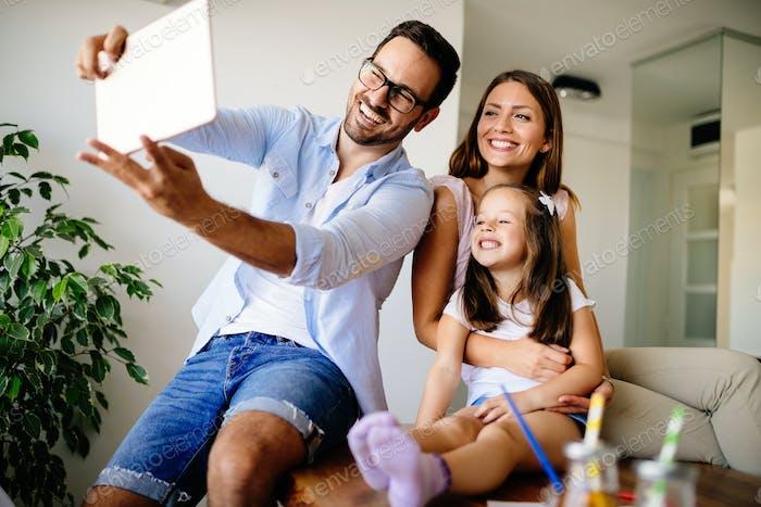 Glückliche Familie nehmen selfie in ihrem Haus