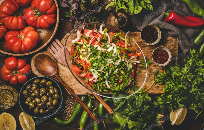 Flat-Lay von türkischen traditionellen Chopard-Salat mit Gemüse und Kräutern