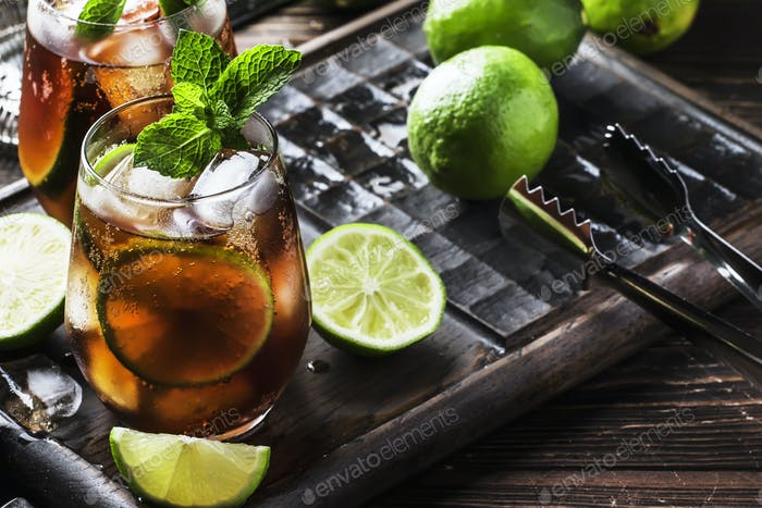 Cuba Libre Cocktail mit goldenem Rum
