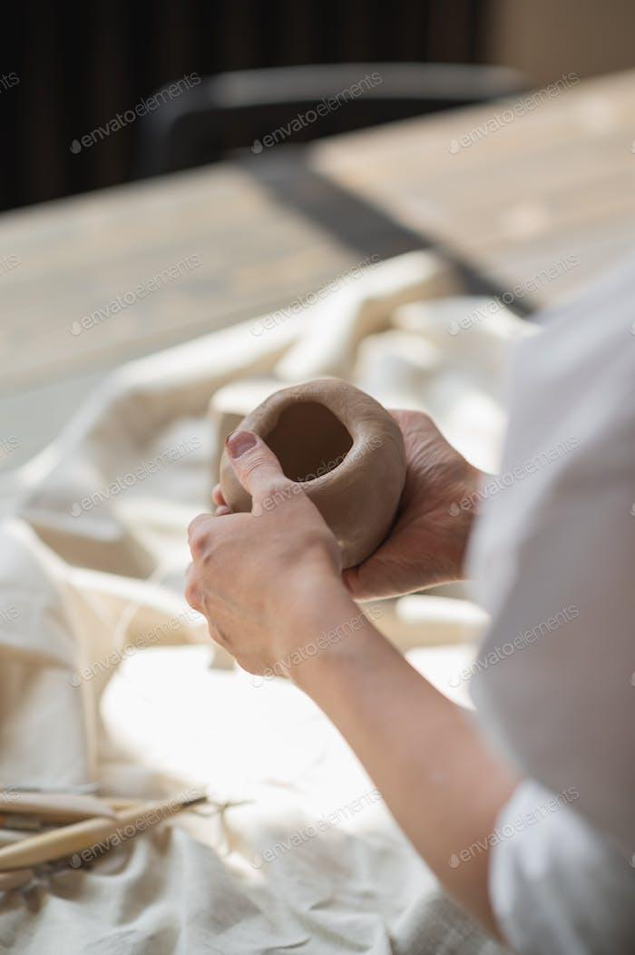 Professionelle weibliche Töpfer Gestaltung und Schnitzen Teile Keramik Werkstatt, Studio. Basteln, Kunstwerke und