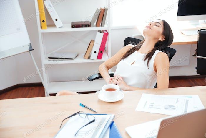 Mujer de negocios Relajante en oficina
