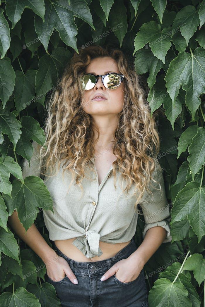 hermosa mujer caucásica posando en la naturaleza