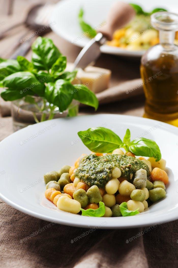 Farbige Gnocchi mit Pesto