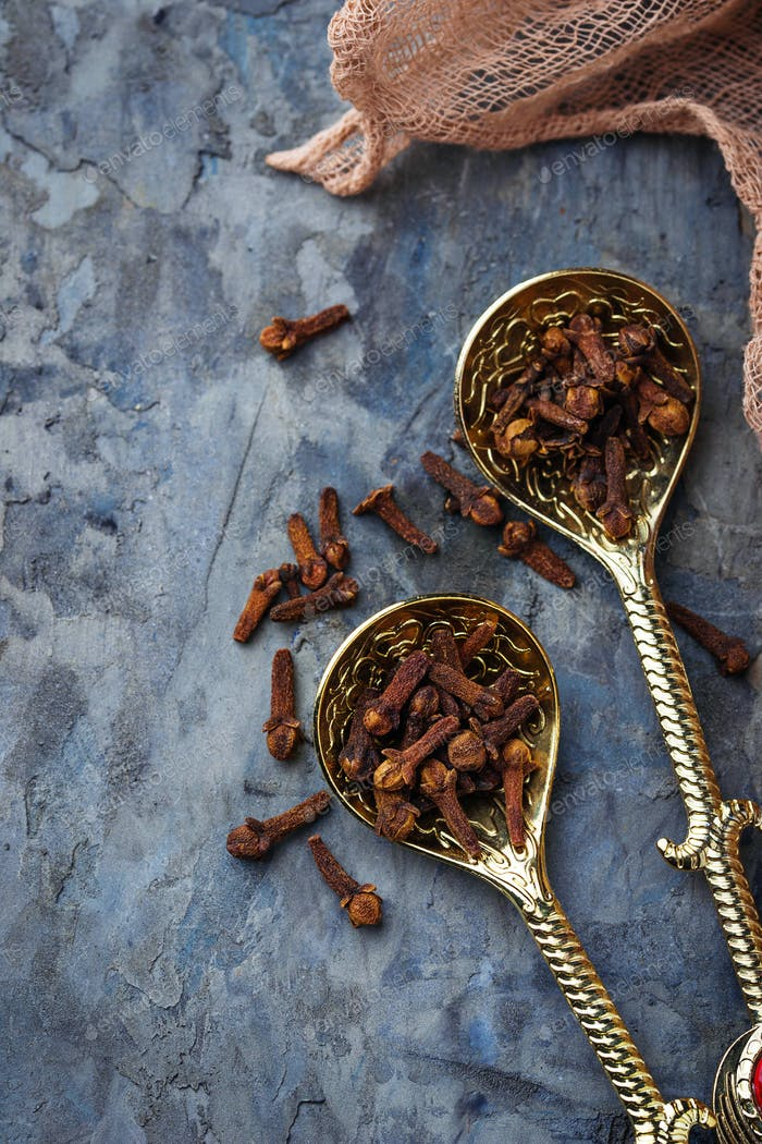 Dried  cloves in spoon