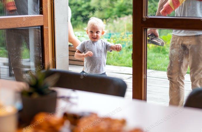 Criança animada chegou em casa com os pais