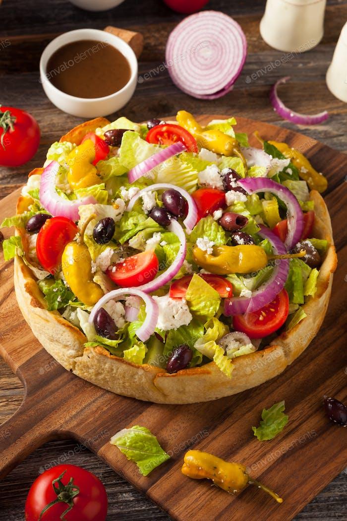Hausgemachter griechischer Salat in einer Brotschüssel