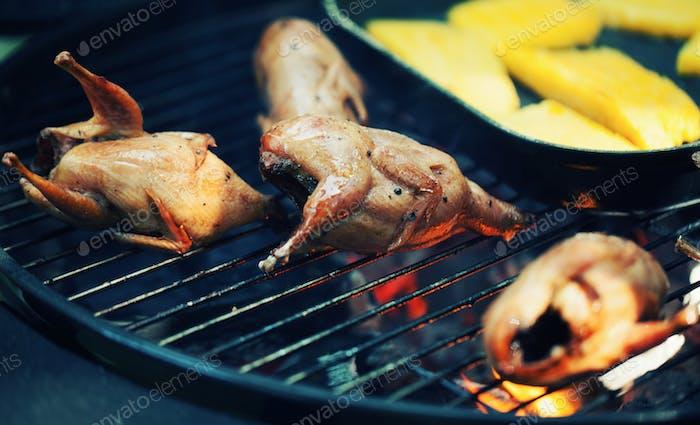 Grillen leckere Geflügel-Wachteln auf dem Grill