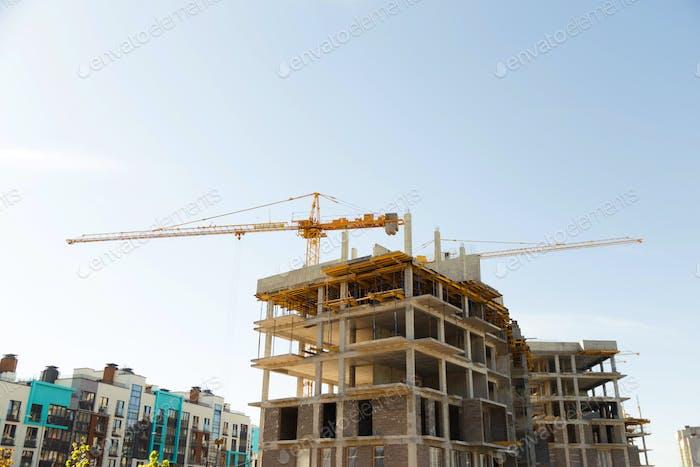 Kran- und Baustelle vor blauem Himmel