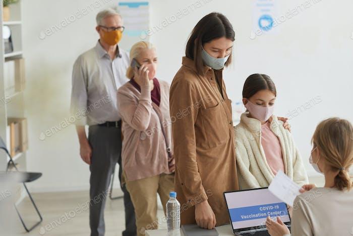 Personenschlange, die sich für die Impfung in der Klinik anmelden