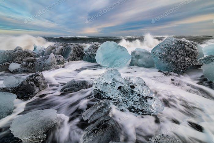 Eisfelsen mit schwarzem Sandstrand am Jokulsarlon Strand. Diamantstrand in Island