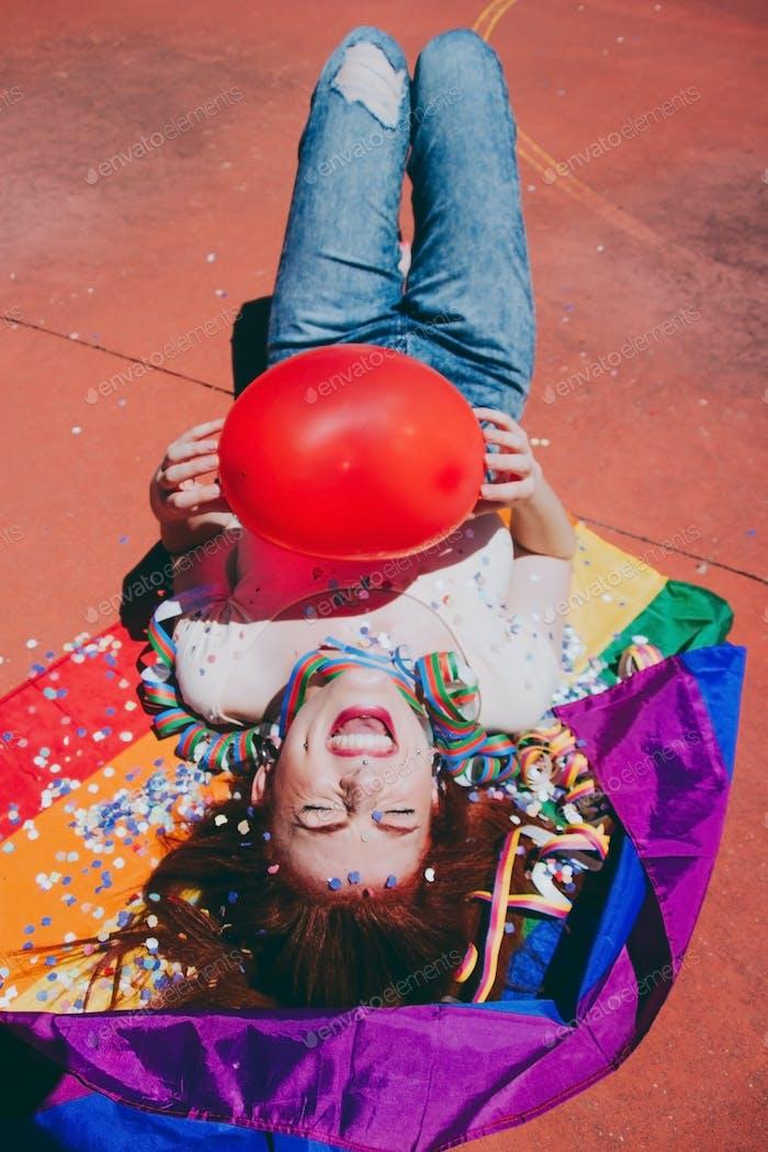 Junge Rothaarige Frau feiert Homosexuell Stolz Tag