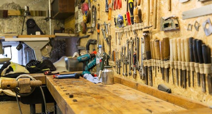 outils de travail et établi à l'atelier