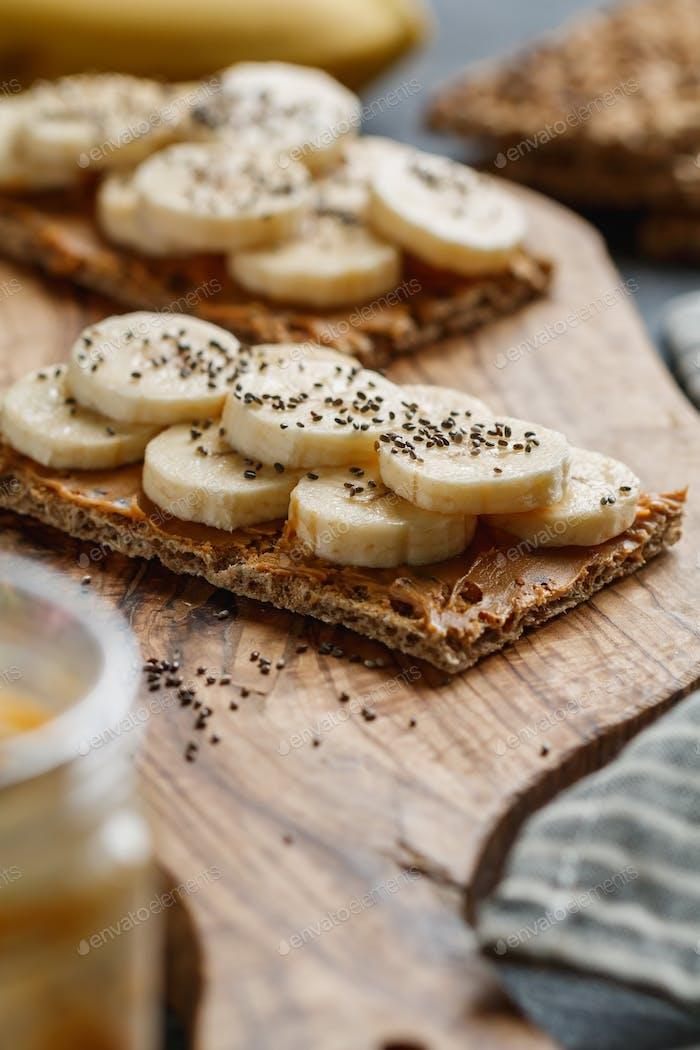 Zwei mehrkornige Brote