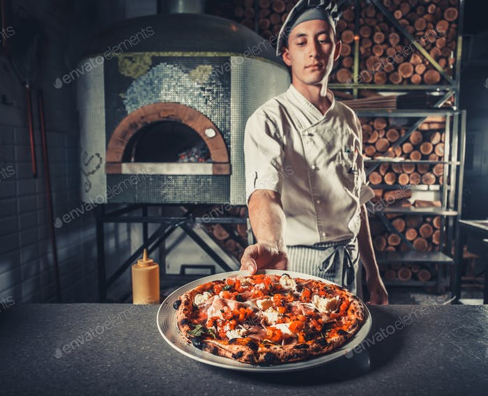 männliche Koch hält köstliche Vorspeise