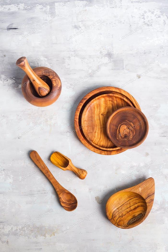 Flache Verlegung von Holztellern und Besteck Utensilien auf grauem Hintergrund. Leere Platte. , Lebensmittel, Zero-Abfall