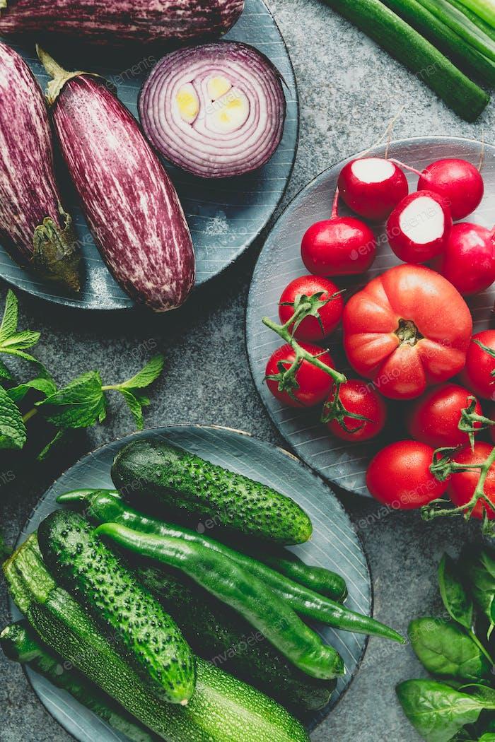 Grün, rot und lila verschiedene frisches Gemüse auf einem Tisch. Gesundes Essen Konzept.